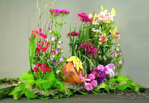 Chiếc đèn bàn dễ thương được bọc giấy và đính những bông hoa xinh xắn.