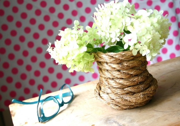 Trang trí khay đựng đồ trên bàn ăn với hoa giấy.