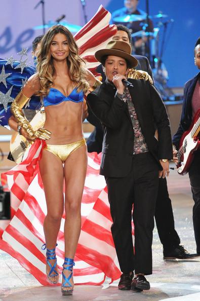 Lily Aldridge và Bruno Mars.