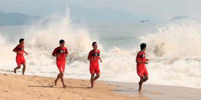 Các cầu thủ VN tập với sự cổ vũ của người đẹp bikini