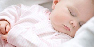 Làm sao để giữ ấm cho con lúc bé đang ngủ