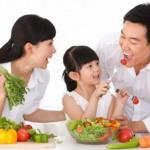 Bé bị béo phì có nên cho ăn rau xanh nhiều?