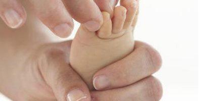 Massage tay và chân cho bé đúng cách