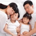 Không nên cho con ngủ cùng cha mẹ vì ảnh hưởng đến sức khỏe của bé.