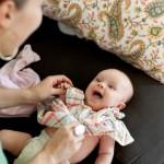Cách mặc quần áo cho bé sơ sinh