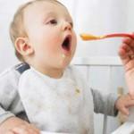Hoa kì khuyến cáo chỉ cho trẻ ăn thức ăn đặc sau 6 tháng tuổi