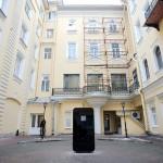 Nga: Fan dựng mô hình iPhone 5 cao 2 mét để tưởng nhớ Steve Jobs