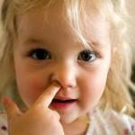 Trẻ móc mũi lợi hay hại?