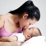 Con thiếu ngủ vì mẹ hay nựng
